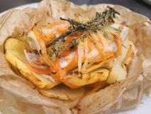 Orata al cartoccio con patate e julienne di verdure al timo