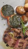 Tagliata di manzo profumata al rosmarino e ginepro con patate novelle e pomodoro alla provenzale